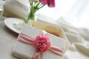 Как красиво упаковать подарок своими руками в подарочную бумагу